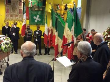 L'omaggio delle bandiere e dei gonfaloni alla salma di Tino Casali