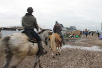 Cacciatori a cavallo attraversano il campo