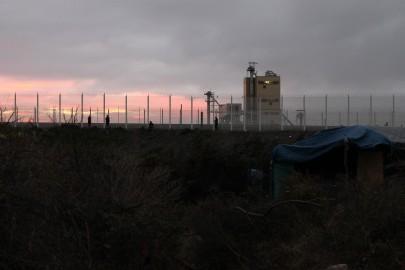 I migranti vicino alla barriera della tangenziale, dove i cellulari prendono meglio e si ha un po' di privacy