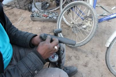Le bici sono utilizzate dai migranti per fare la spesa, muoversi nel campo o andare a Calais