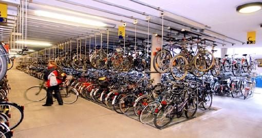 Il parcheggio di biciclette sotto la Stazione Ferroviaria di Munster