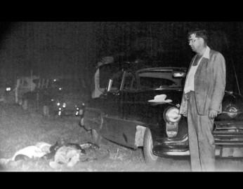 Il cadavere del reverendo George Lee accanto alla macchina su cui viaggiava