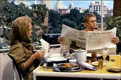 Steve McQueen che legge il giornale a colori