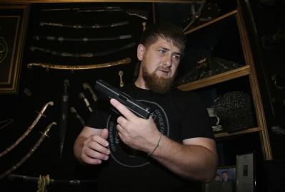 Il leader ceceno Ramzan Kadyrov mostra la sua collezione personale di armi