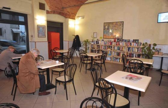 Il Bar Nazionale di Pistoia, da poco slot free. Al posto delle macchinette, i libri