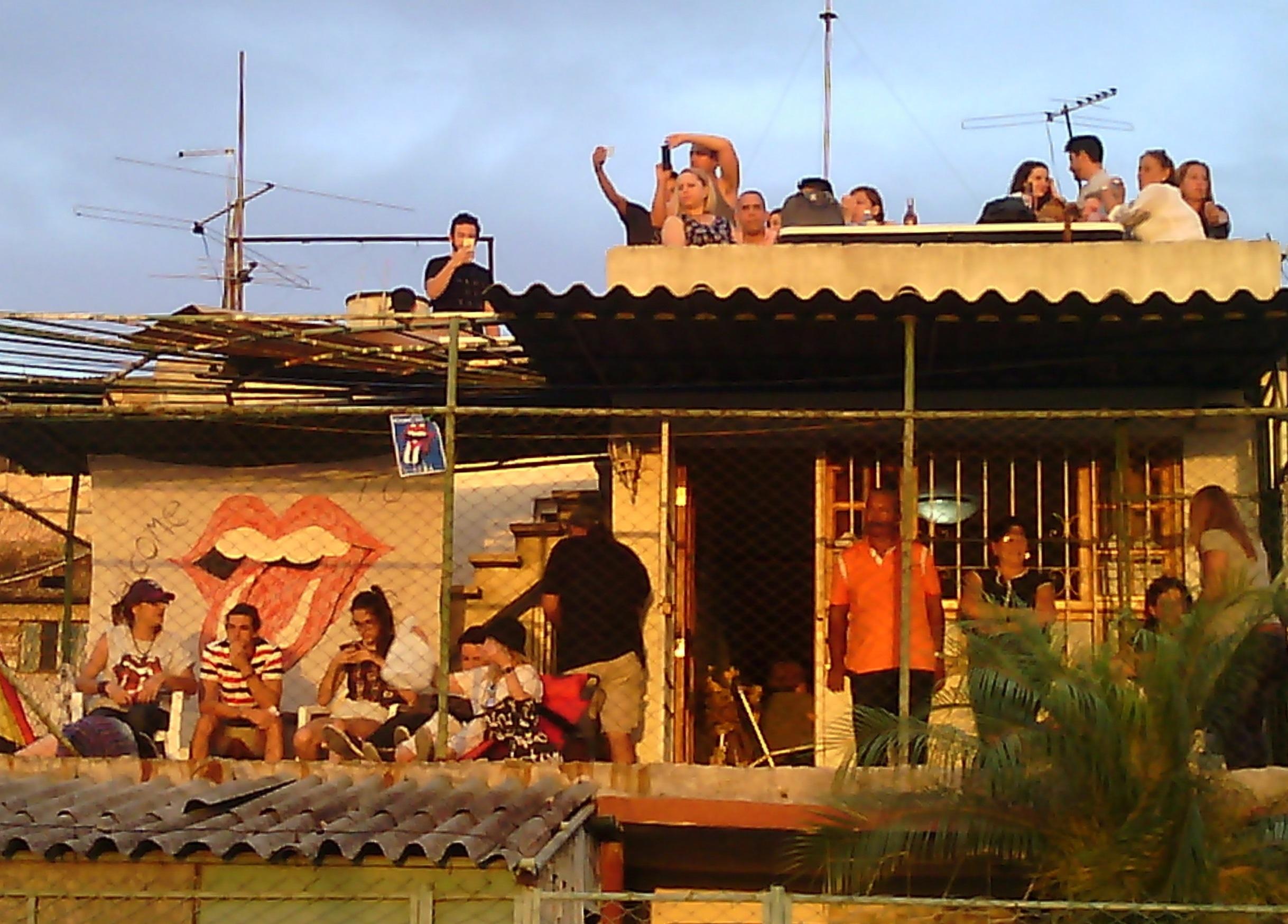 Sui tetti delle case vicino al concerto