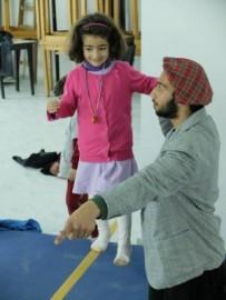 Mohammed mentre insegna a una bimba