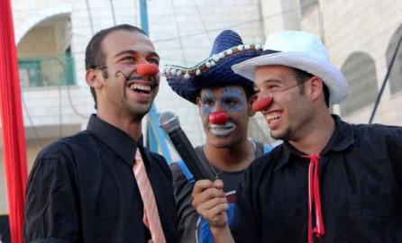 Il clown palestinese arrestato (a sinistra)
