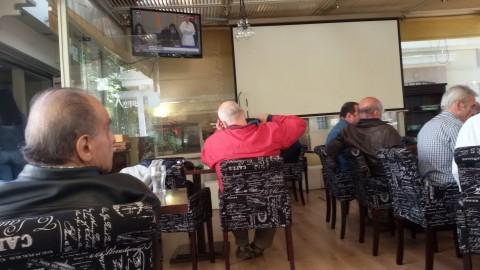 Il Papa è a Lesbo e gli schermi dei caffè non fanno vedere la partita ma Francesco (Margherita Dean, da Lesbo)