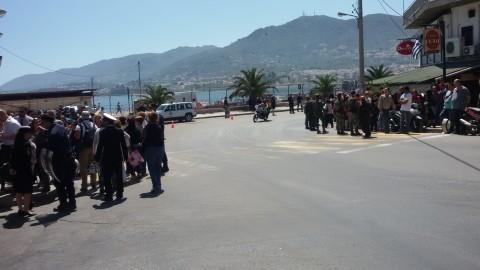 Ad attendere al porto Bergoglio più polizia e giornalisti che curiosi (Margherita Dean, da Lesbo)