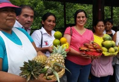 Veronika Mendoza con un gruppo di campesinas