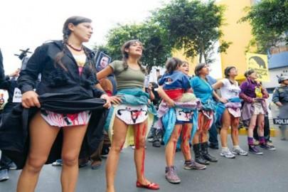 Giovani peruviane manifestano contro le sterilizzazioni forzate degli anni '90, per chiedere giustizia