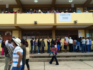 Il voto in una scuola a Cusco