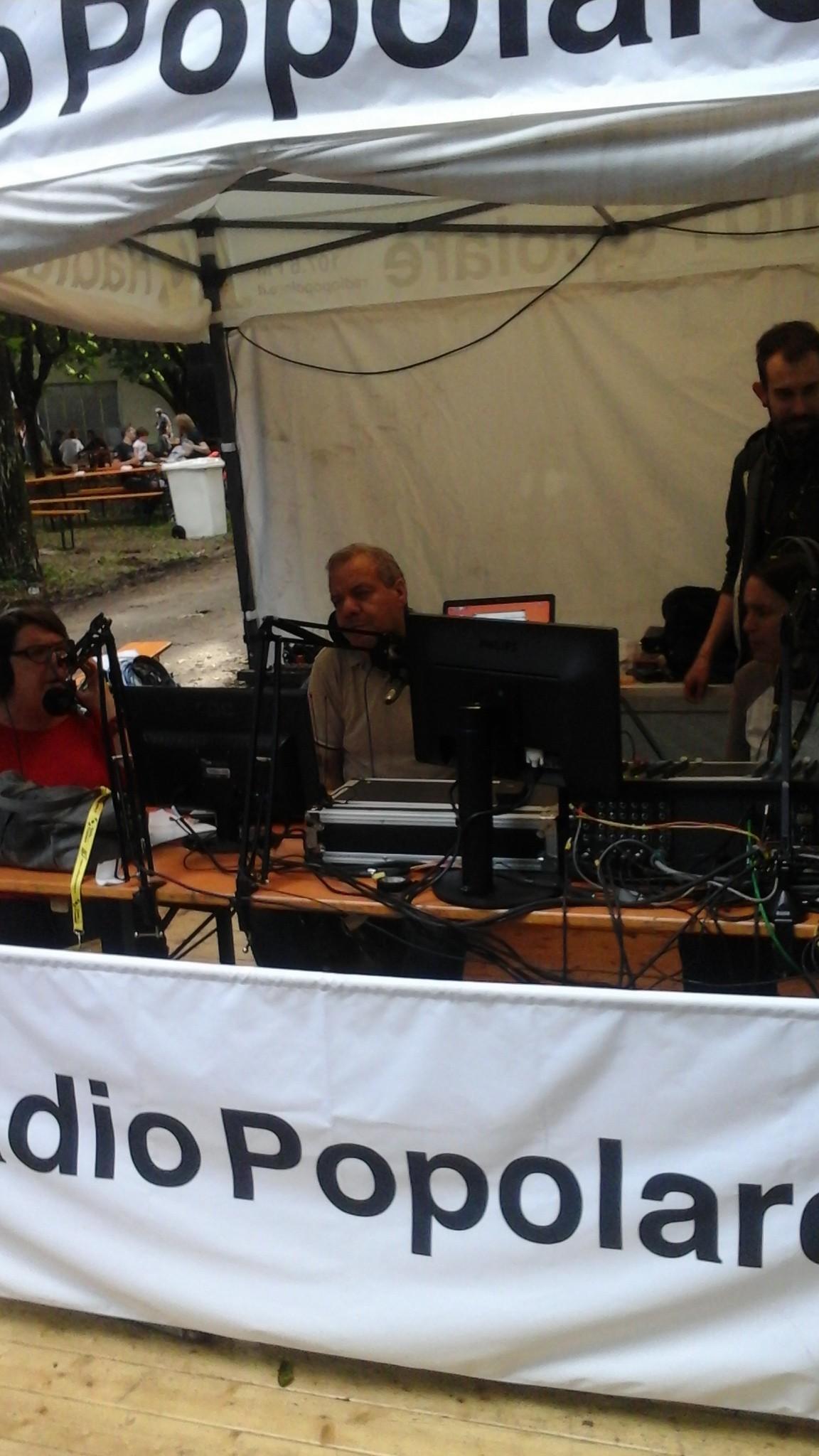 La postazione di Radio Popolare: Catiu Giarlanzani, Chawki Senouci e Lorenza Ghidini al microfono