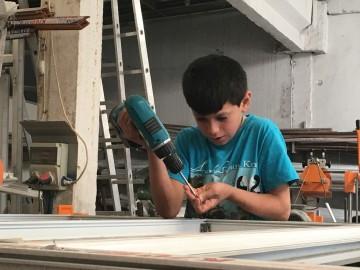 Bambino siriano in una fabbrica di infissi di Gaziantep in Turchia