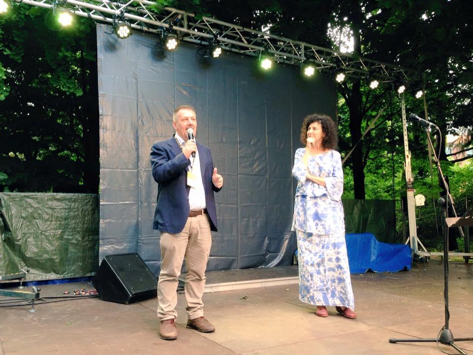Il direttore Michele Migone dà ufficialmente il via alla Festa di Radio Popolare!