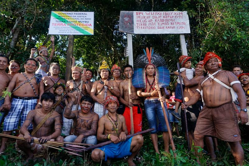 Munduruku and Greenpeace Demarcate Indigenous Lands in the AmazonInstalação de placas nas fronteiras de terras da aldeia indígena de Sawré Maybu, Rio Tapajós, Pará, Amazon.