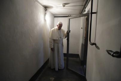 Le-pape-Francois-devant-cellule-P-Maximilian-Kolbe-dnas-camp-extermination-Auschwitz-Pologne_0_730_485