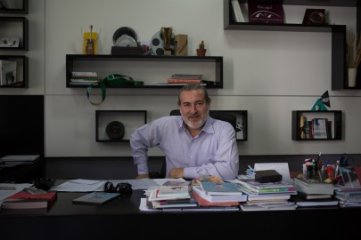 Ilir Butka nel suo studio a Tirana (Foto di Mattia Marinolli)