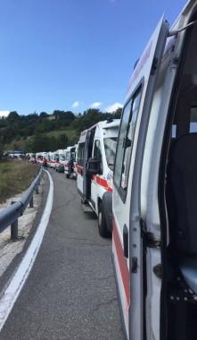 Le ambulanze della Croce Rossa italiana alle porte di Amatrice
