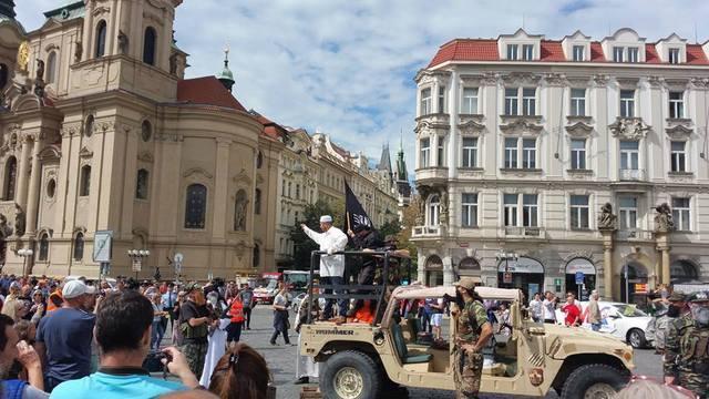 Travestiti da jihadisti: panico per invasione Isis simulata a Praga