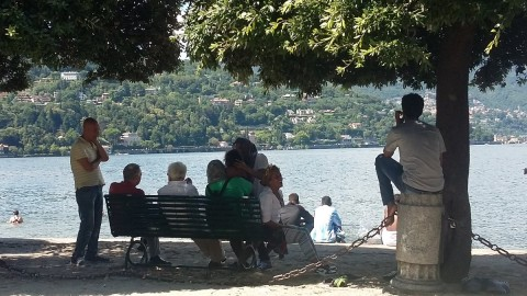 Profughi al lago con umarells comaschi