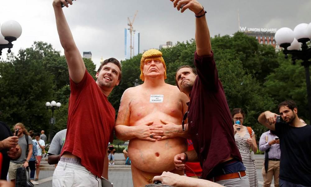 Statue di Donald Trump nudo nelle strade delle città USA