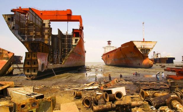 Bangladesh. Operai durante lo smantellamento