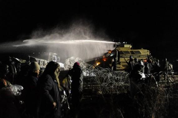 La polizia usa i cannoni con acqua gelida contro i Sioux