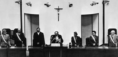 Il Presidente del tribunale Alfonso Giordano durante la lettura la sentenza del Maxiprocesso di Palermo (Wikimafia.it)
