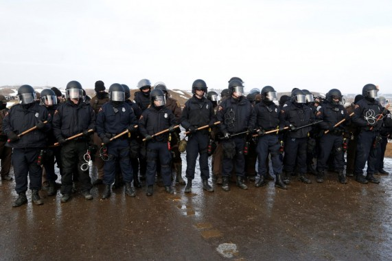 La polizia poco prima dello sgombero a Standing Rock - 22 febbraio 2017