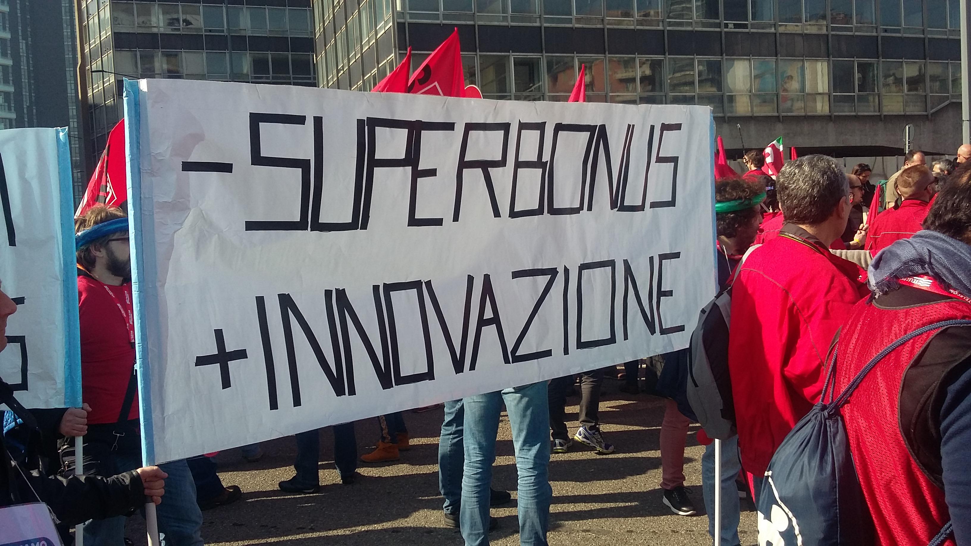 Lavoratori Tim in protesta, corteo per le strade di Milano