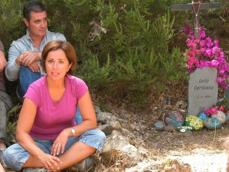Deborah davanti alla lapide del padre