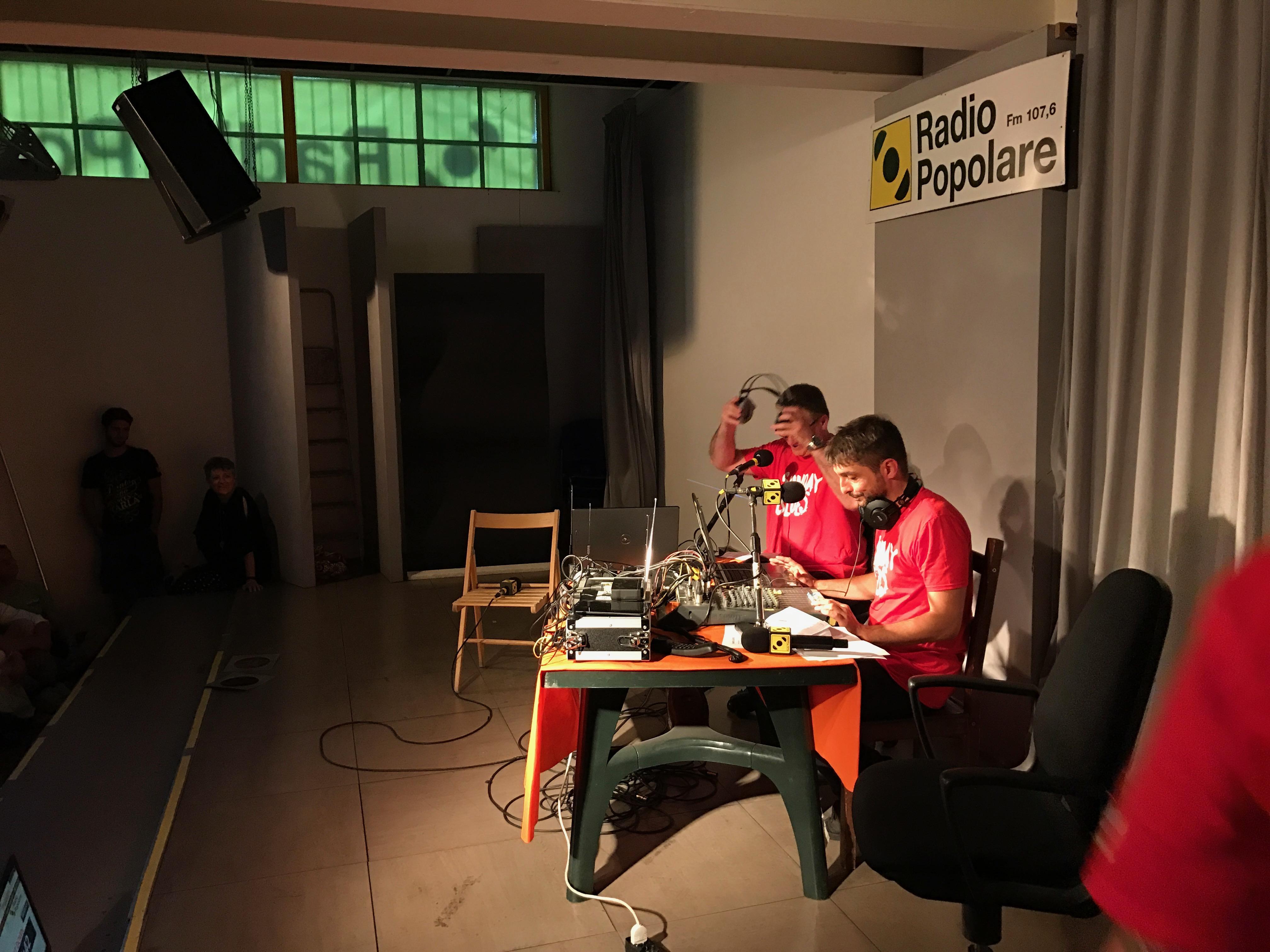 Sunday Blues Live. Luca Gattuso e Davide Facchini conducono l'imperdibile puntata con La Catucci e Francesca Carla dal vivo. Con tanto di maglietta. Il tutto corroborato dalla musica struggente e anfetaminica di Flavio Pirini.