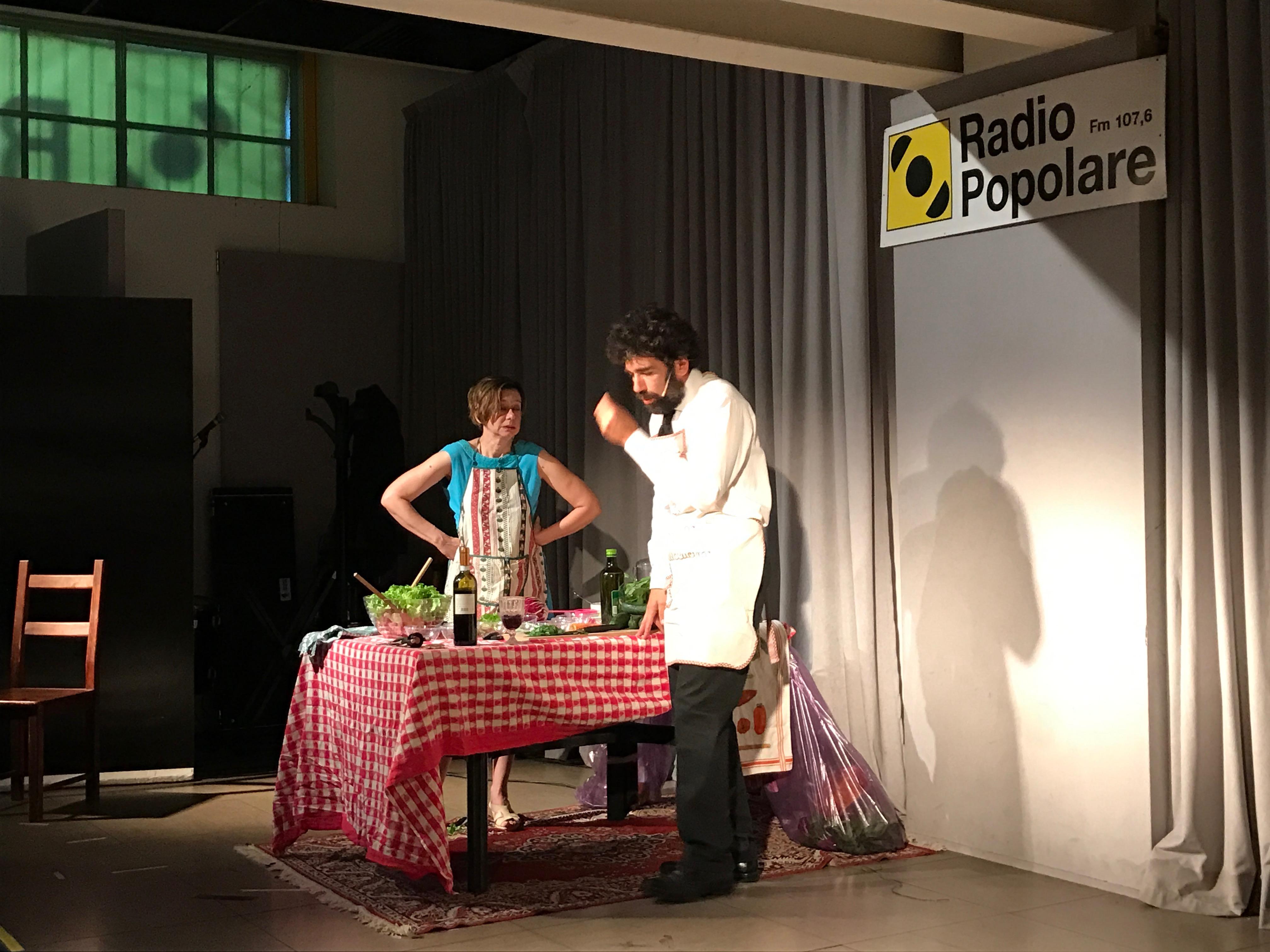 Il caso di Alessandro e Maria. Un classico di Gaber-Luporini interpretato da Monica Bonomi e Stefano Pirovano . Due vecchi amanti ricordano e recriminano mentre cucinano. Introduce Ira Rubini.
