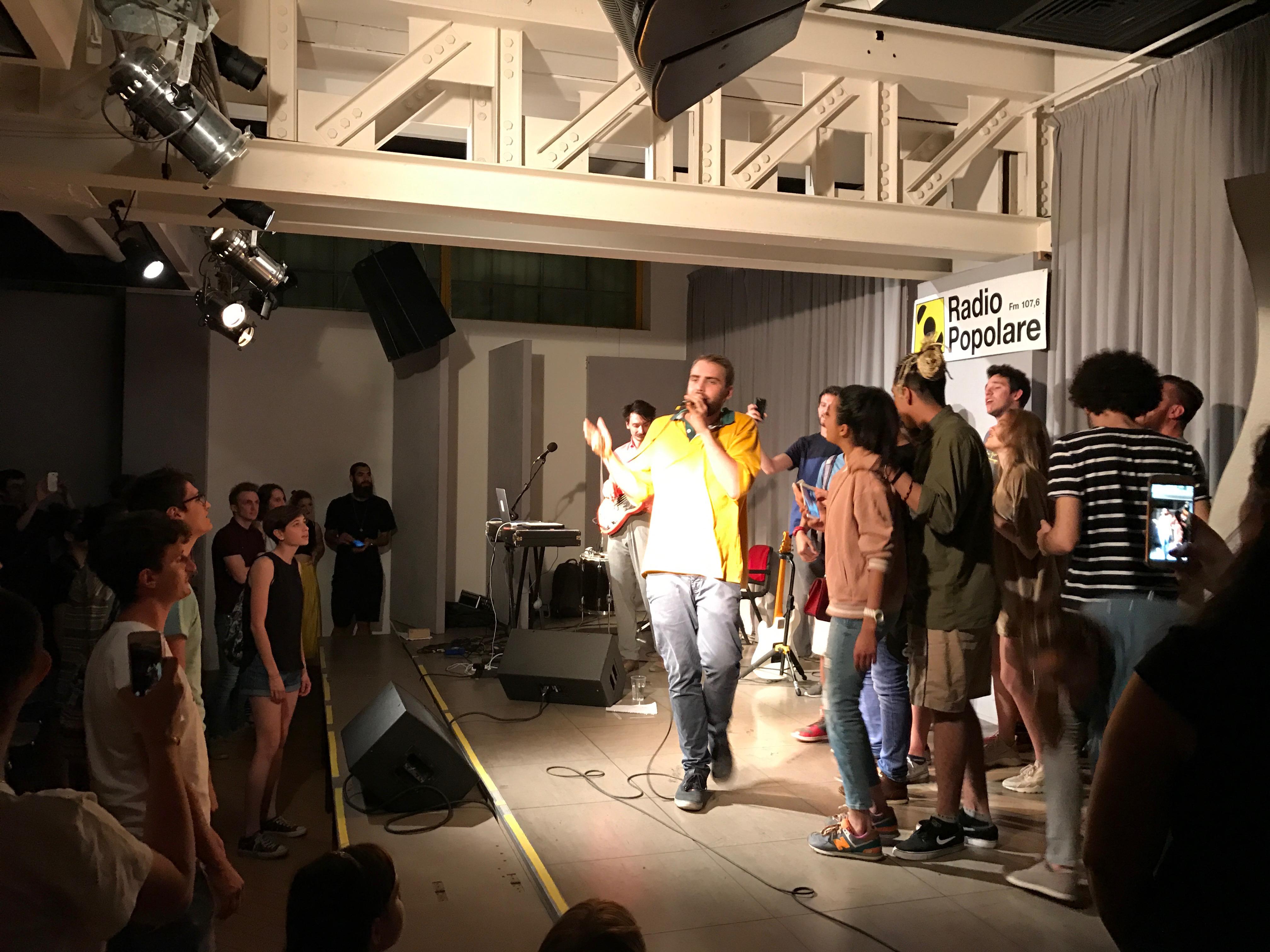 Dutch Nazari, in concerto nell'Auditorium, con parte del pubblico sul palco con lui