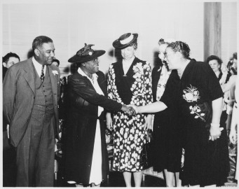 (Mary_McLeod_Bethune),_'Mrs._Eleanor_Roosevelt_and_others_at_the_opening_of_Midway_Hall,_one_of_two_residence_halls_buil_-_NARA_-_533032