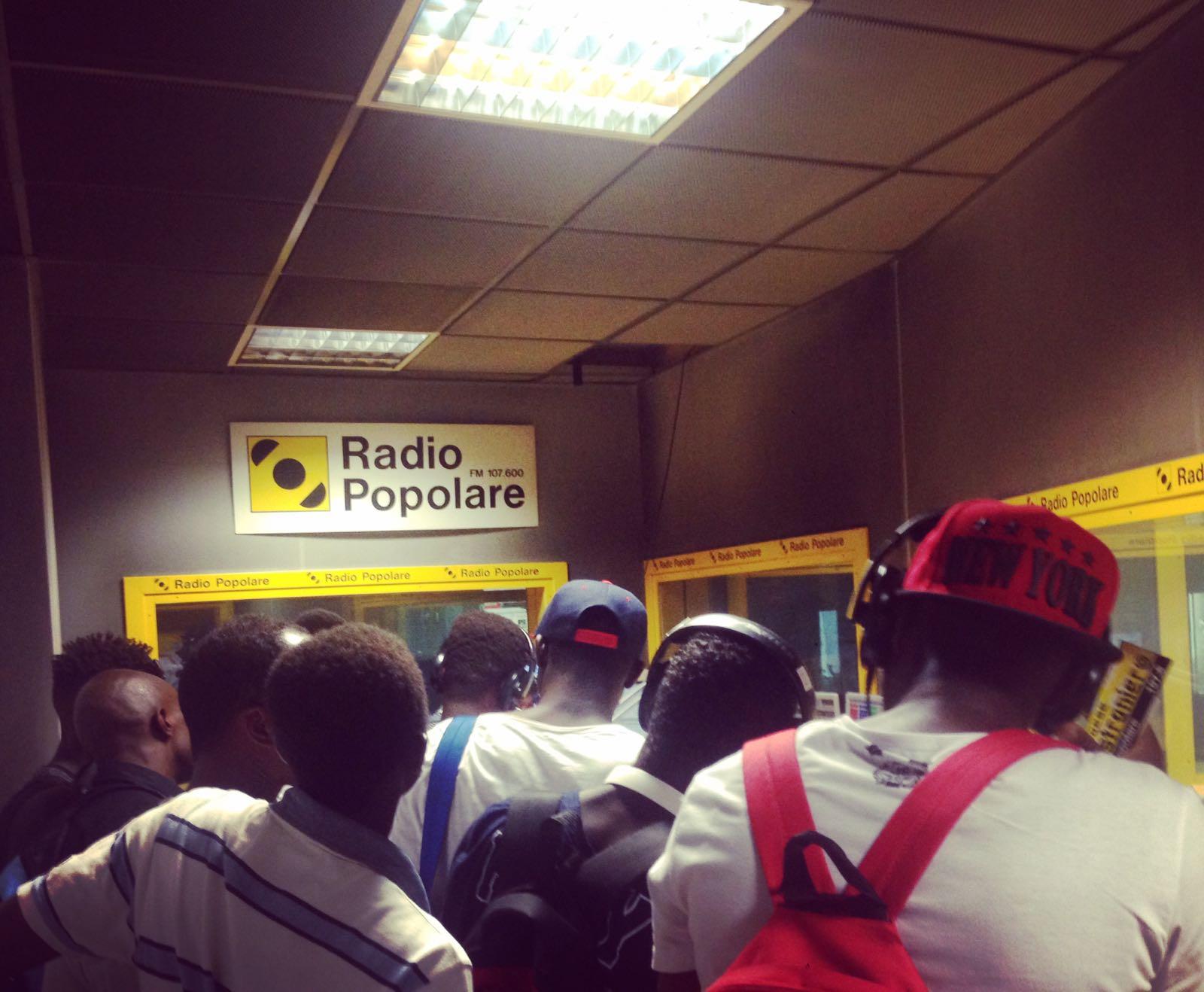 Un gruppo di richiedenti asilo in visita a Radio Popolare