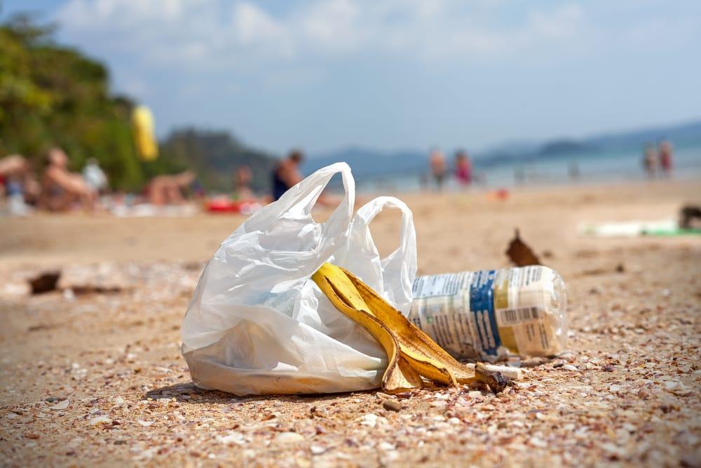rifiuti di plastica in spiaggia