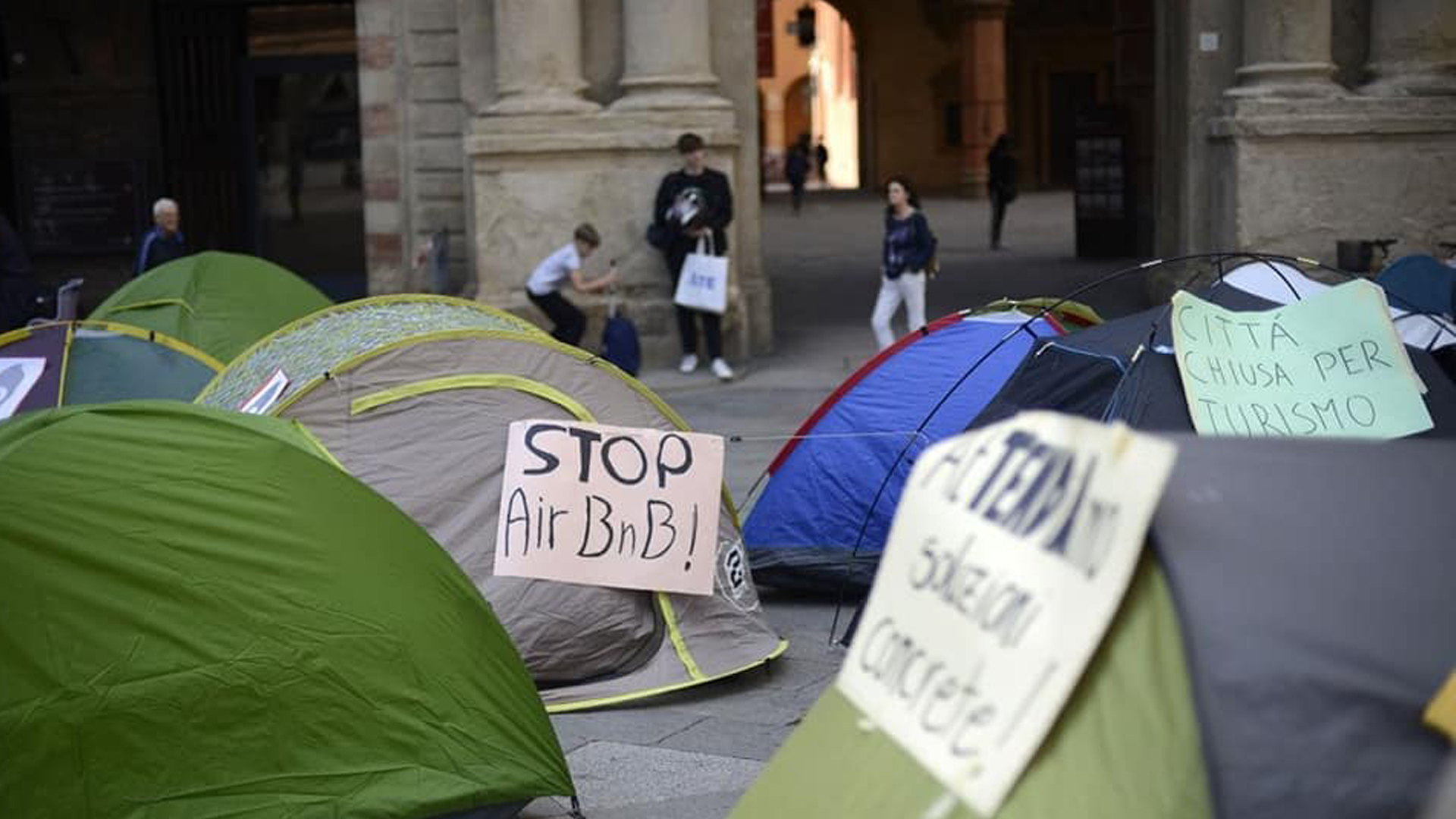 Protesta contro gli affitti brevi a Bologna