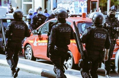 Parigi, attacco vicino all'ex sede di Charlie Hebdo: due feriti