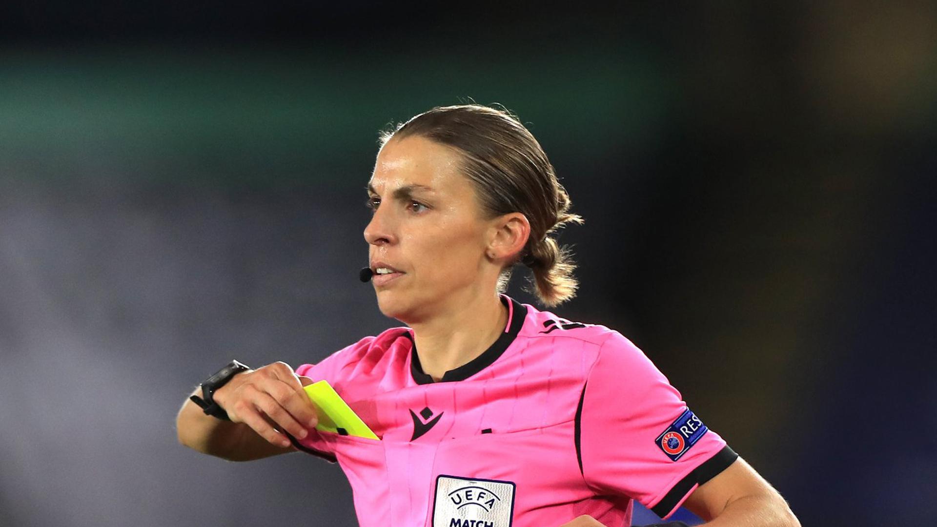 Stéphanie Frappart è la prima donna ad arbitrare una partita di Champions League maschile