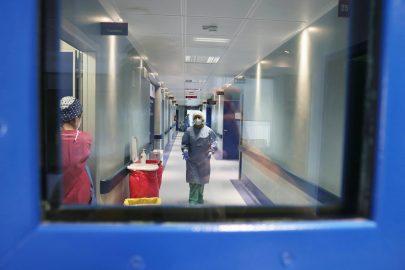 Il vaccino di Johnson & Johnson finisce in standby, l'avvertimento degli ospedali sulle riaperture e le altre notizie della giornata