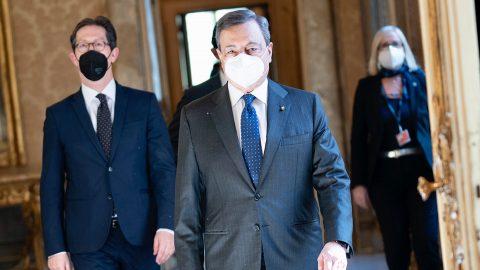 Draghi promette azioni tempestive contro la pandemia, l'Italia supera le 100mila vittime e le altre notizie della giornata