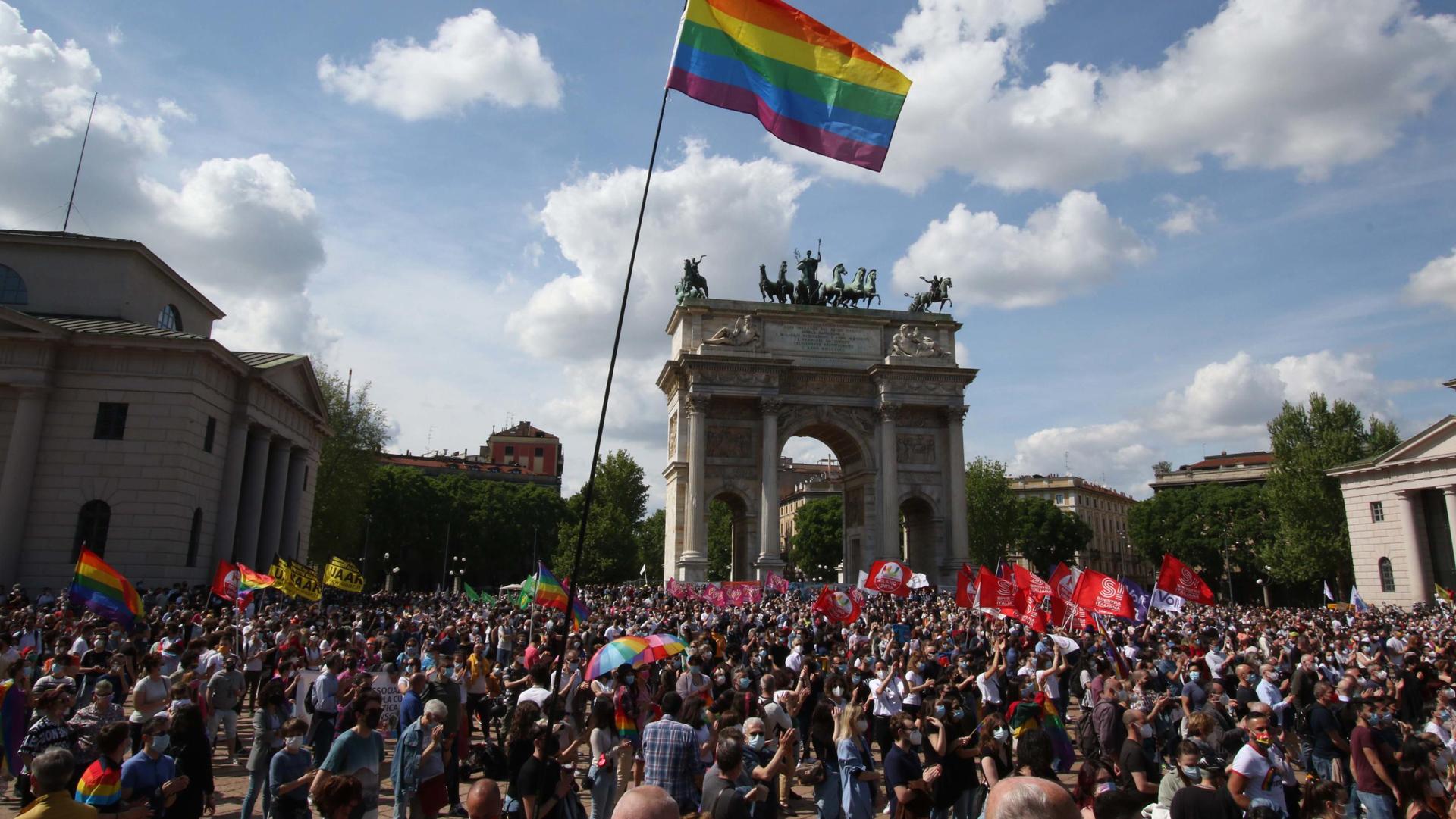 Milano in piazza per la legge Zan, Merkel e Macron contro la proposta di Biden e le altre notizie della giornata