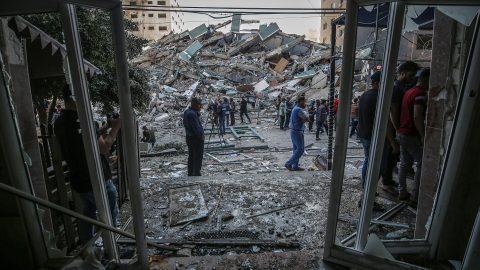 La distruzione della sede di Al Jazeera a Gaza, il no di Albertini alla destra milanese e le altre notizie della giornata