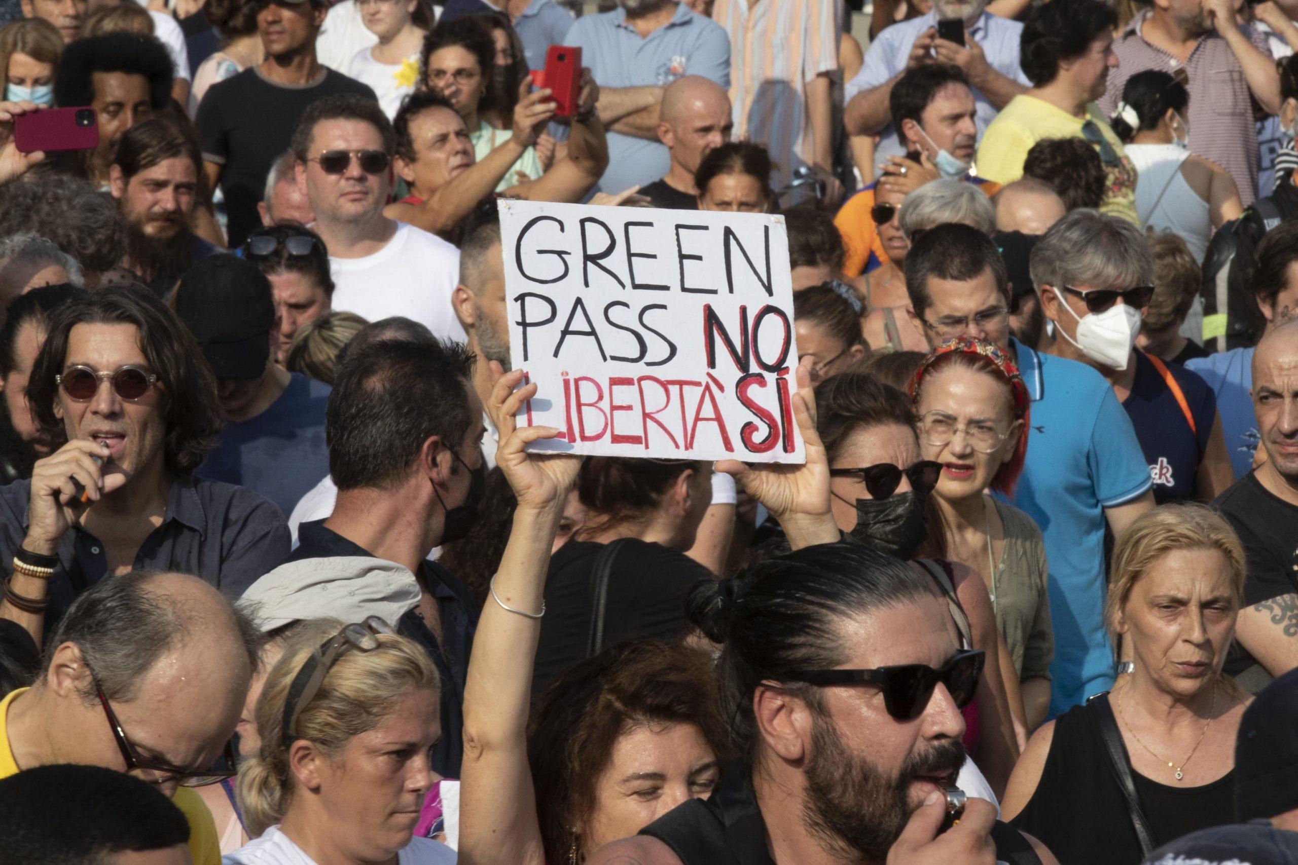 I No green pass in piazza, Meloni cambia idea, il Pride a Budapest e le altre notizie della giornata