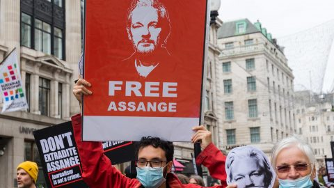 Julian Assange rischia ancora l'estradizione negli USA: al via il processo d'appello