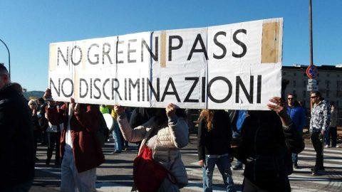 I presidi no Green Pass nei porti di Genova e Trieste, l'assassinio del deputato inglese David Amess e le altre notizie della giornata